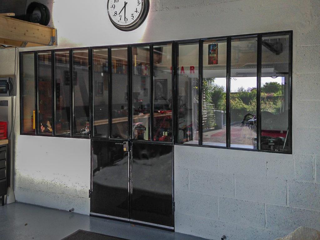 Pose d'une verrière intérieure fabriquée sur-mesure dans notre atelier par un maître ferronnier